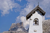 Glockenturm einer kleinen Bergkapelle