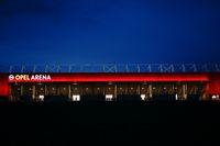 Beleuchtete Opel-Arena nachts