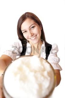 glückliche Frau hält Oktoberfest Bier Krug (Mass) in Kamera