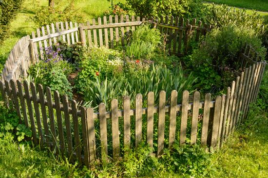 Kleiner Holzzaun foto idyllischer kleiner blumengarten mit holzzaun achteckig
