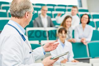 Dozent in einer Weiterbildung vor jungen Ärzten