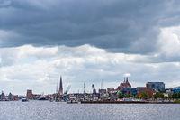 Blick über die Warnow auf Rostock
