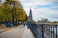 Touristen auf der Brühlschen Terrasse in der Altstadt von Dresden