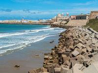 Wellenbrecher vor der Hafenstadt Cadiz