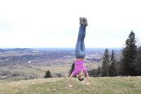 sportliches Mädchen macht Handstand