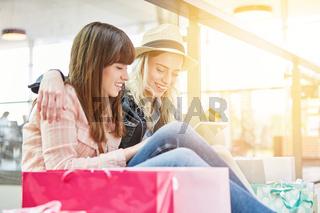 Frauen mit Kreditkarte und Tablet PC beim Online Shopping