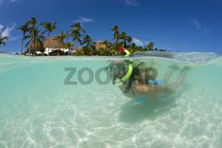 Frau schnorchelt auf den Malediven