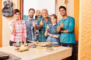 Erfolgreiches Handwerker Team in Werkstatt