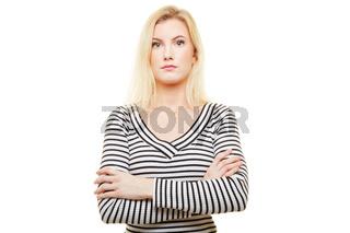 Frontales Portrait einer ernsten jungen Frau