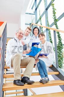 Erfolgreiches Ärzteteam mit Medizin Studenten