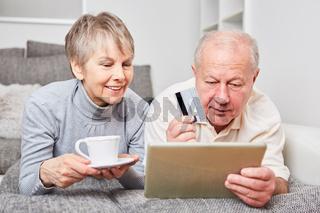 Senioren Paar beim online Shopping