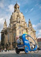 Fahrzeug für eine Stadtrundfahrt vor der Frauenkirche in Dresden