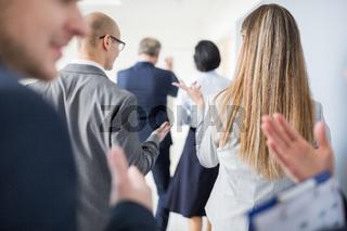 Geschäftsleute beim Smalltalk auf dem Flur einer Firma