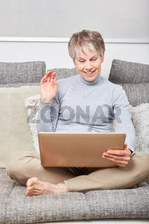 Seniorin beim Video Chat auf der Couch