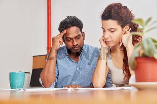 Mann und Frau analysieren ein Problem