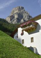 Blumenbalkon vor Sassongher in Corvara; Dolomiten; Suedtirol;
