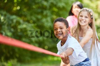 Gruppe Kinder hat Spaß beim Tauziehen
