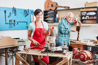 Frau als Lehrling bei Gitarrenbauer