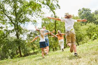 Familie und Kinder spielen zusammen