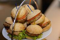 Tablett mit Kostproben voller kleiner Hamburger - Nahaufnahme