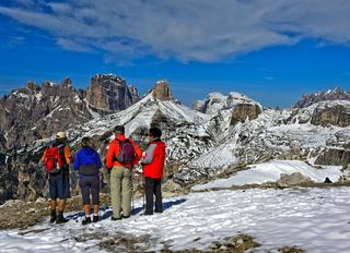 Wandergruppe zu Winterbeginn in den Sextner Dolomiten, Südtirol, Trentino-Alto Adige, Italien