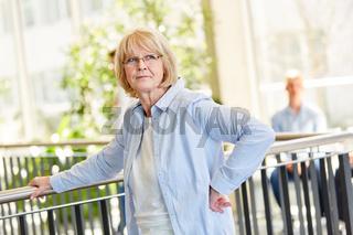 Ältere Frau als Dozentin an einer Schule