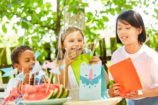 Kinder auf Geburtstagsfeier mit Geschenktüten