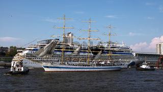 Segelschulschiff MIR und Aida sol, Impressionen der Auslaufparade vom 828. Hamburger Hafengeburtstag 2017; Impressions of the 828th Birthday of the Port of Hamburg 2017, Germany