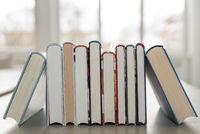 Bücher mit Hardcover geschlichtet - Nahaufnahme