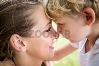 Liebevolle Mutter und Sohn
