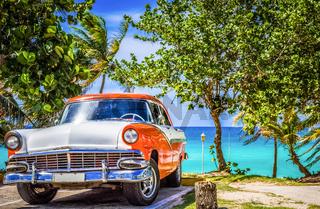 HDR - Amerikanischer weiss orange farbender Oldtimer parkt am Strand von Varadero Kuba - Serie Cuba