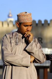 Omani Junge in Gedanken versunken. Oman
