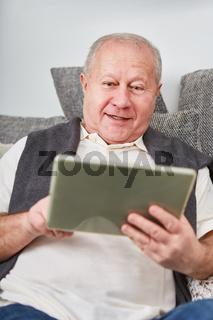 Senior mit Tablet im Cyberspace