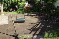 vorbereiteter Boden für Rollrasen im Garten