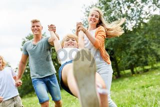 Eltern spielen mit ihren Kindern