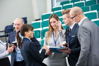 Junges Business Team bespricht ein Projekt