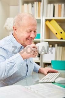 Senior trinkt eine Tasse Kaffee