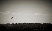 Windrad auf einem Industriegelände