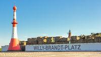 Willy-Brandt-Platz mit Leuchttürmen in Bremerhaven