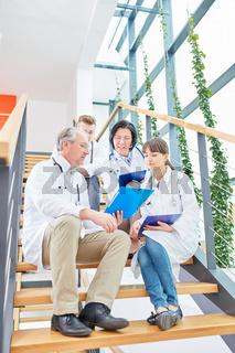 Ärzteteam bespricht eine Patientenakte