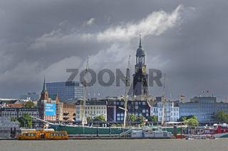 Skyline und Turm der Hauptkirche Sankt Michaelis, an der Elbe bei Gewitter, Hamburg, Deutschland, Europa