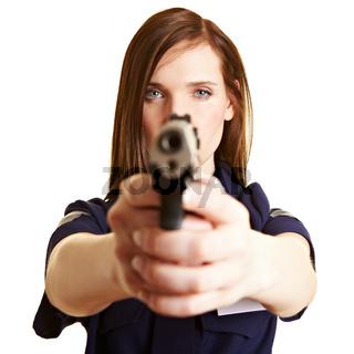 Polizistin mit gezogener Waffe