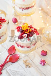 Dessert in Schichten mit weisser Schokomousse
