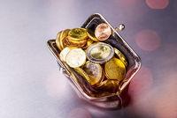 Portmonee mit vielen Münzen
