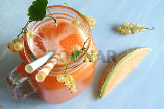 Smoothie aus Cantaloupe Melone und weißen Johannisbeeren