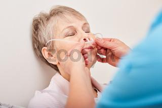 Patientin bekommt eine Nasensonde