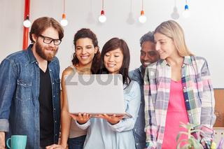 Business Startup Team mit Laptop