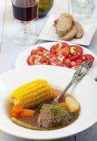 chilenische Cazuela mit Tomatensalat