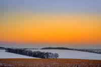 Sonnenaufgang mit Windkraftanlage