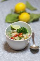 thailändische Tom Kha Gai Suppe in einer Schüssel